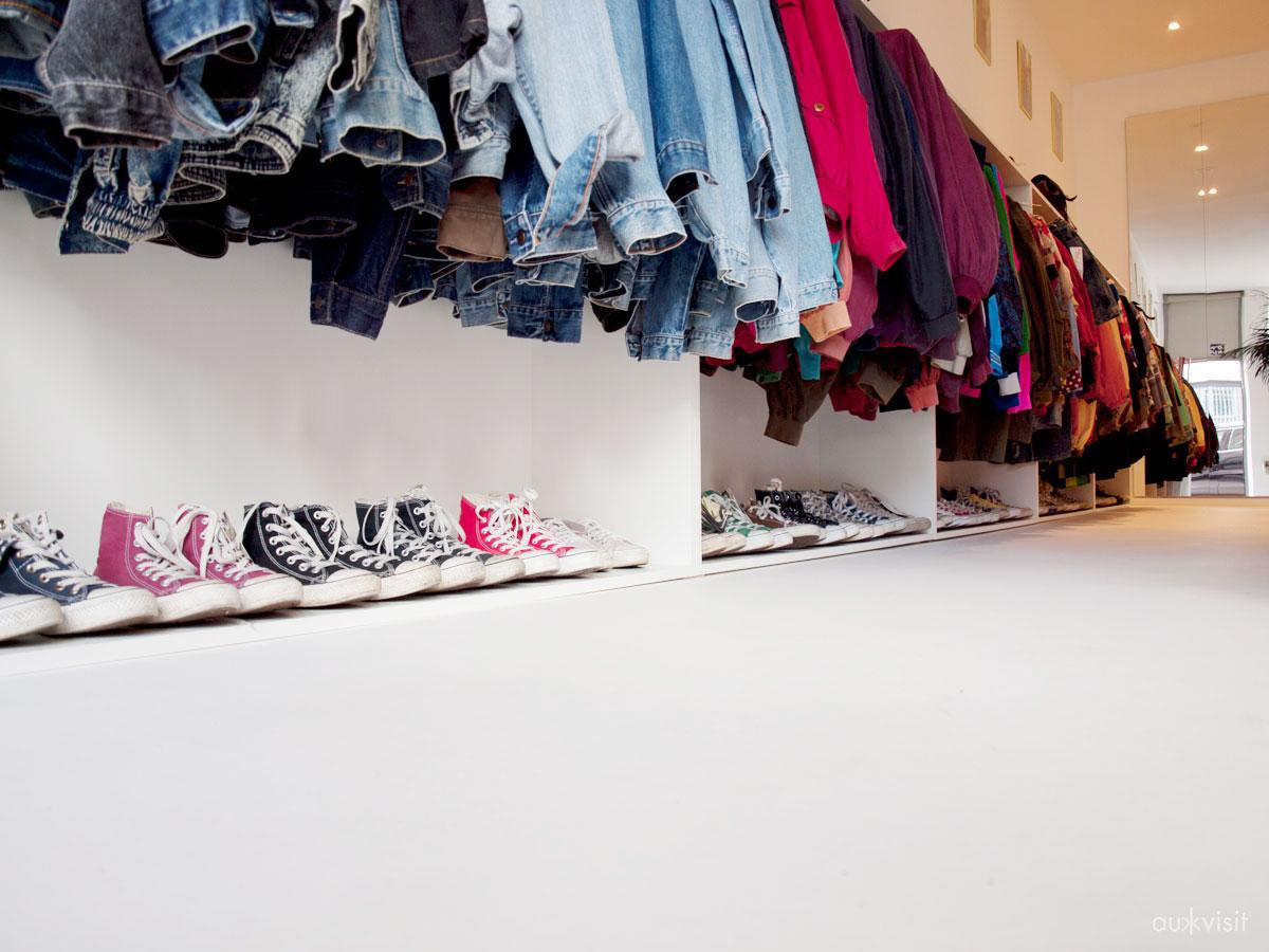Chucks und ein Haufen Jeansjacken in ONIMOS