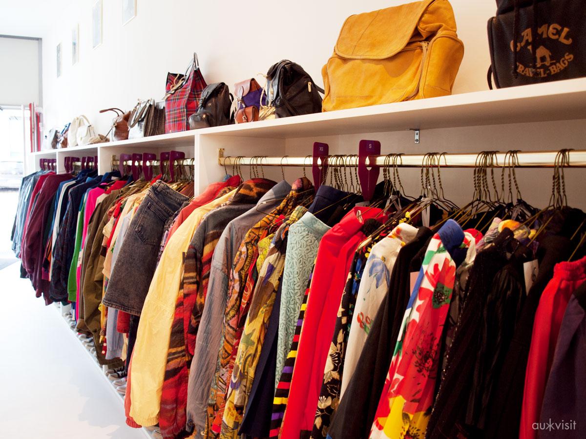 Klamotten und Taschen im ONIMOS