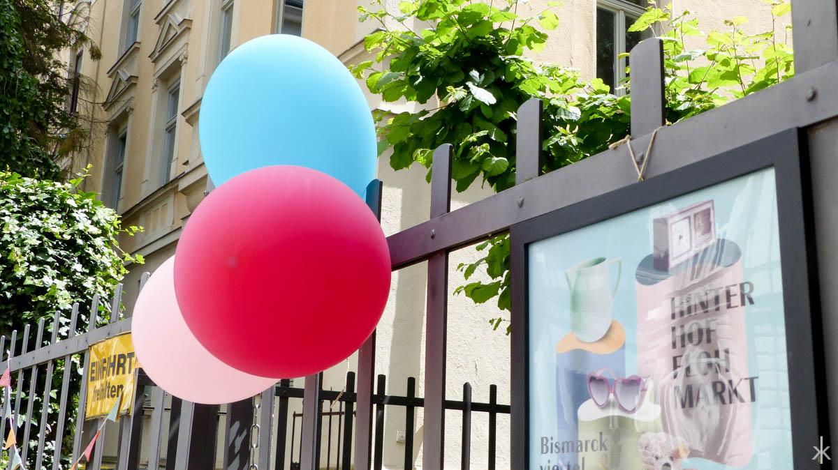Hinterhofflohmarkt im Bismarckviertel leicht zu finden mit Luftballons am Gartenzaun