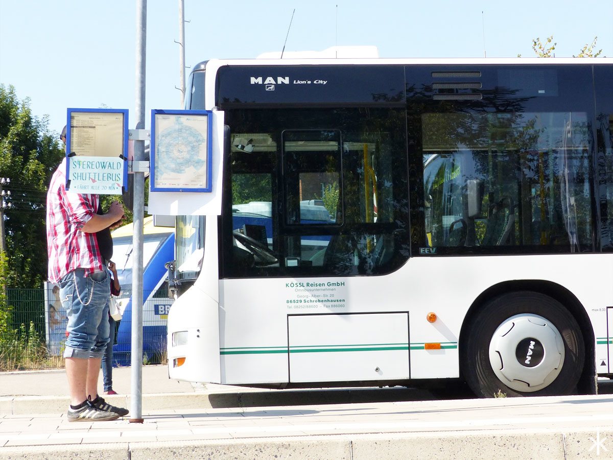 Der Shuttlebus zum Stereowald am Aichacher Bahnhof