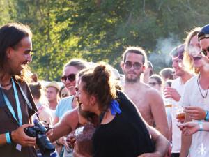 Glückliche Leute auf dem Stereowald