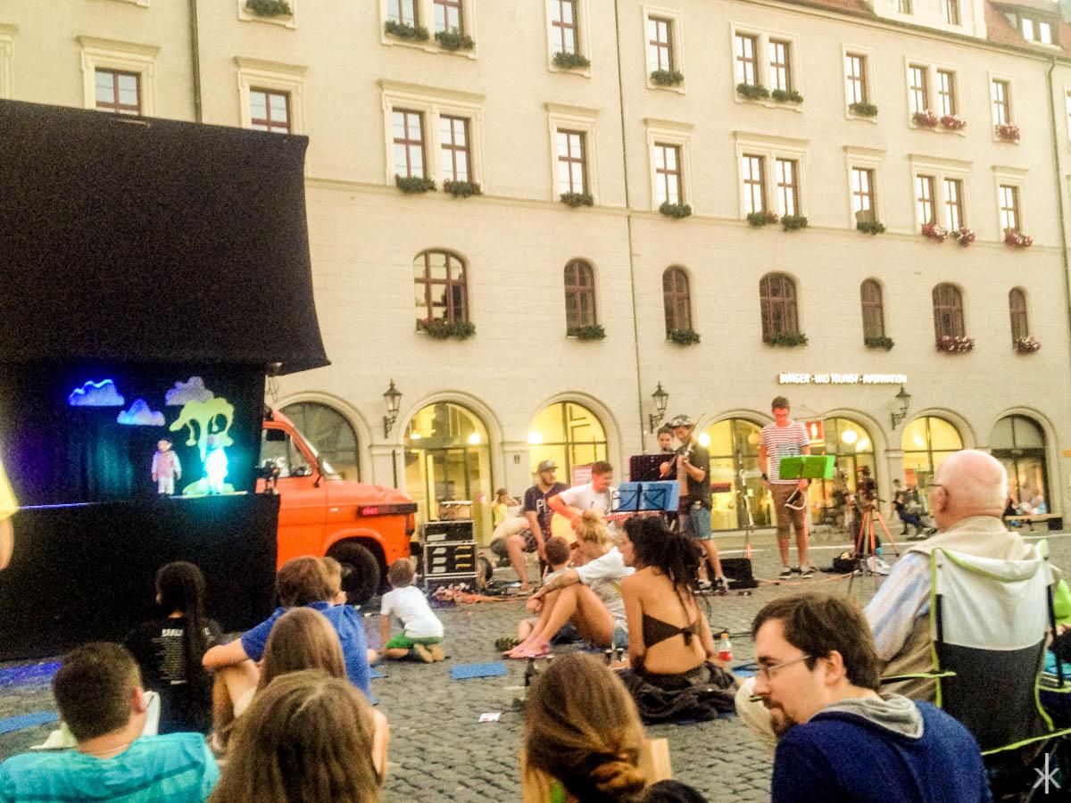 fahrbarespuppentheater-crowd-c-auxkvisit