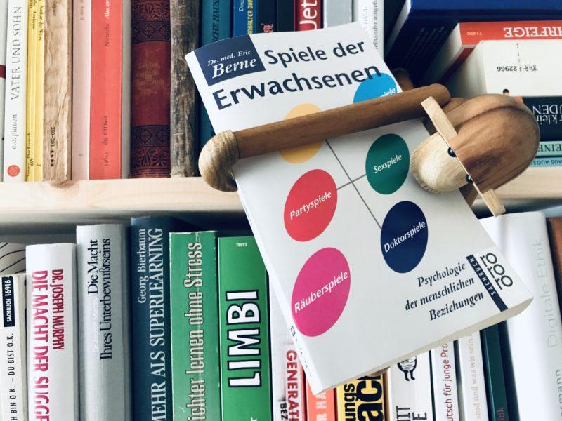 Lasse Lauser, Holzaffe, Bücherregal, Interior,