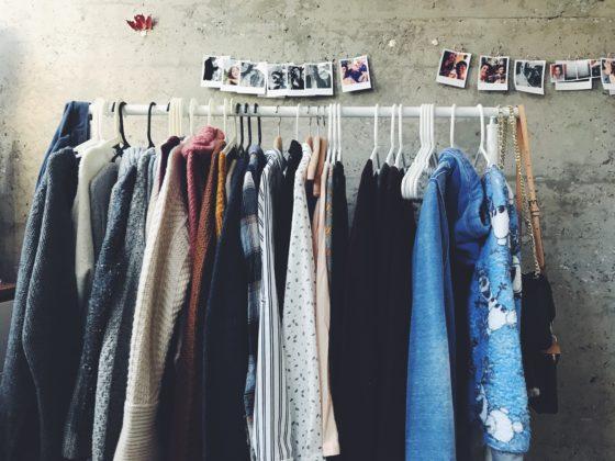 Kleiderstange mit unterschiedlichen Klamotten